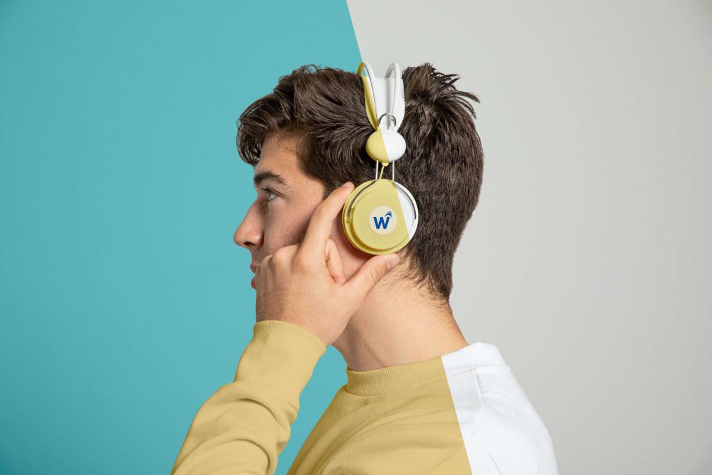 put headphones on ear
