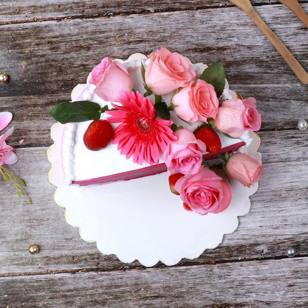Half Kg Cake Decorated with Fresh Flowers