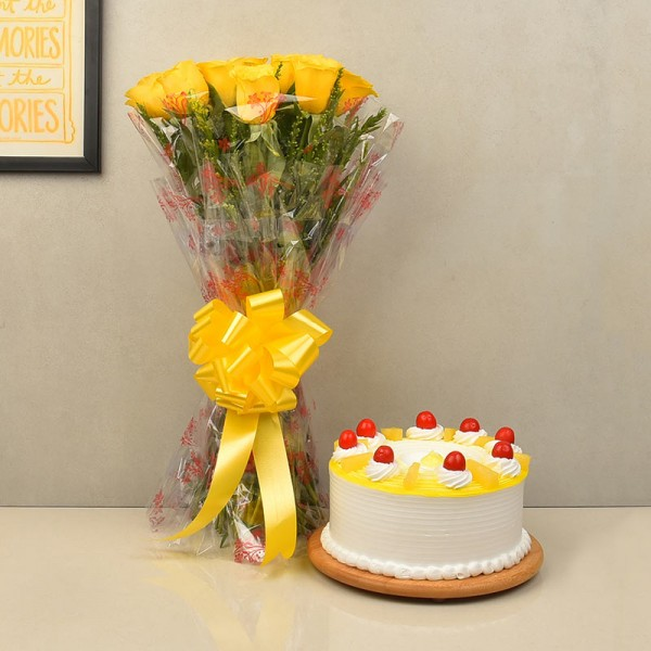 Round Pineapple Cake with Roses