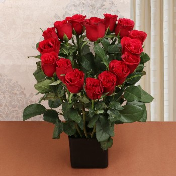Heart-shaped Bouquet of 16 Red Roses in Black Vase