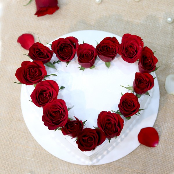 One Kd Vanilla Cream Cake Decorated with Red Roses in Heart Shape